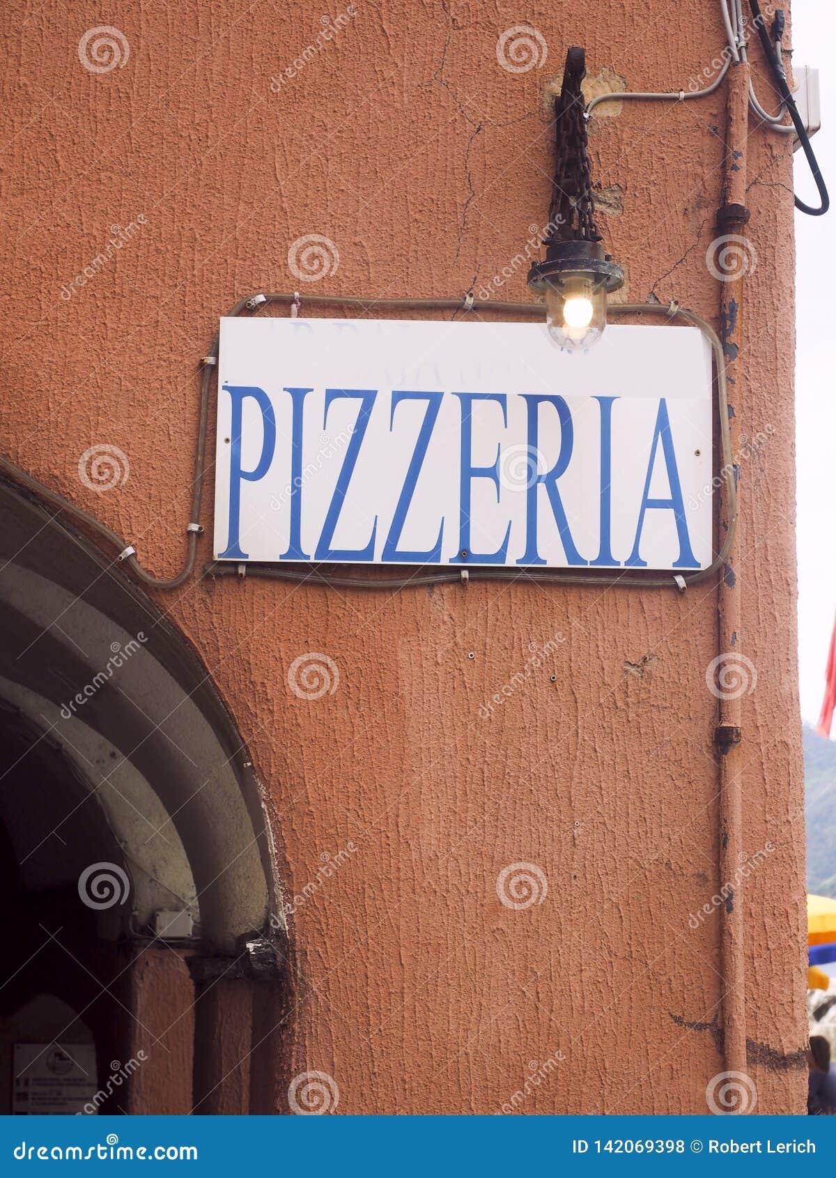 Pizzeria restauracji znak na starym budynku w Vernazza Cinque Terre Włochy