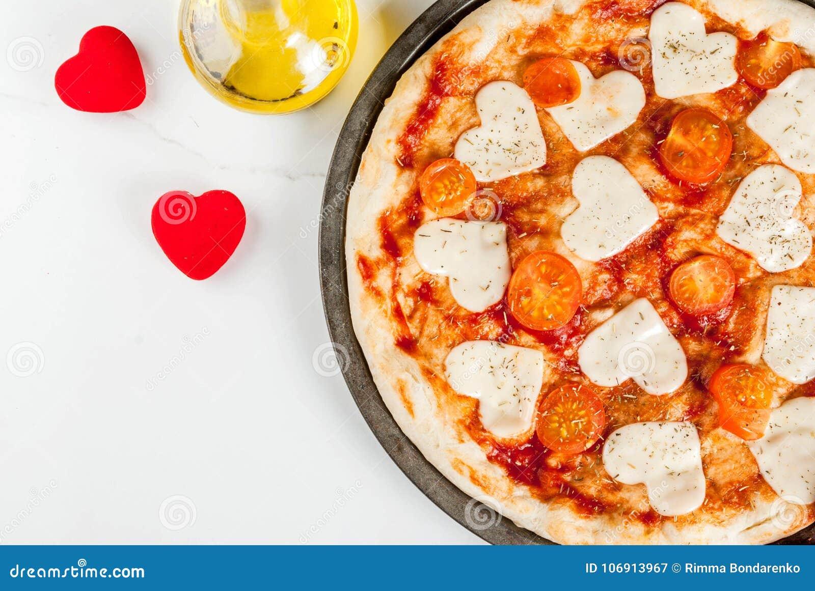 Pizzy margarita dla walentynki ` s dnia