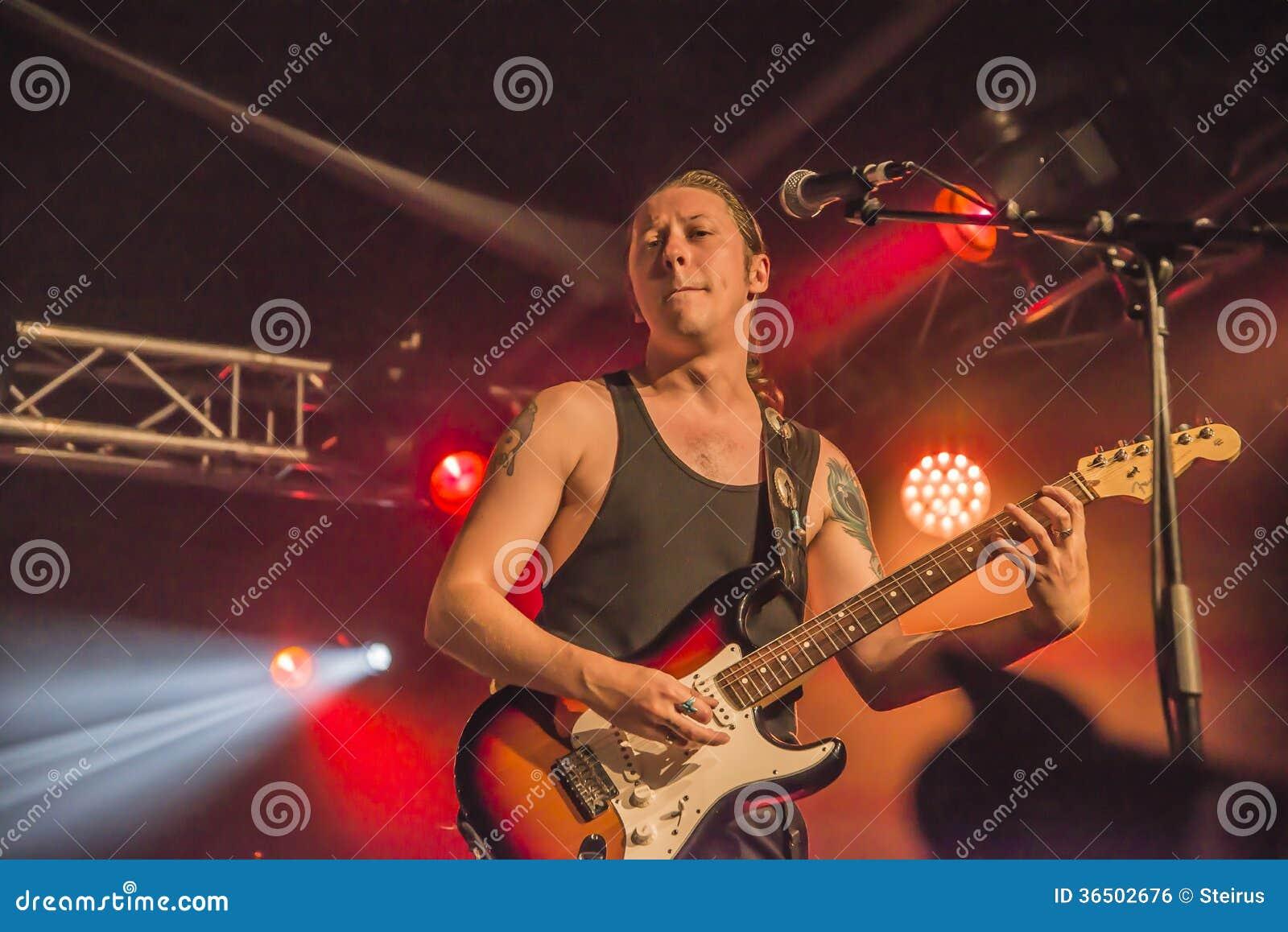 PJ Barth joue la guitare