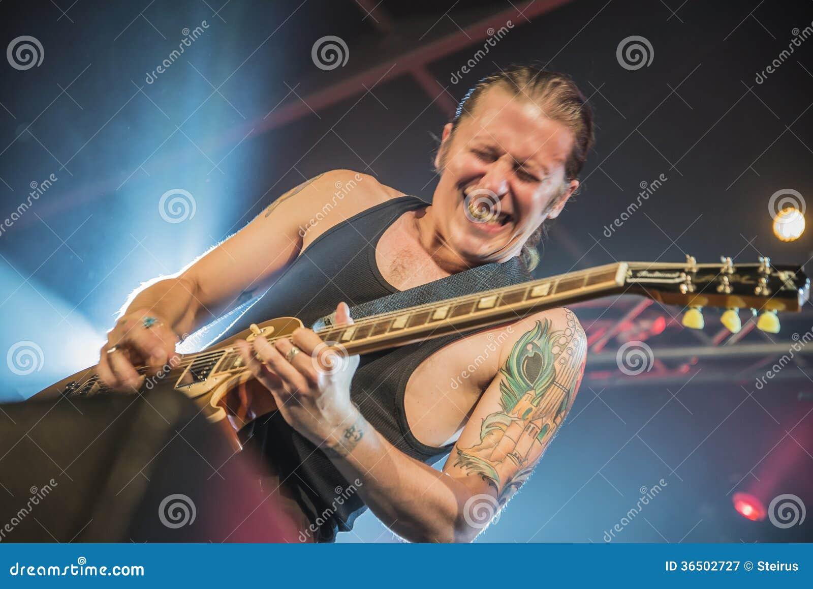 PJ Barth joue la guitare (la photo d action)