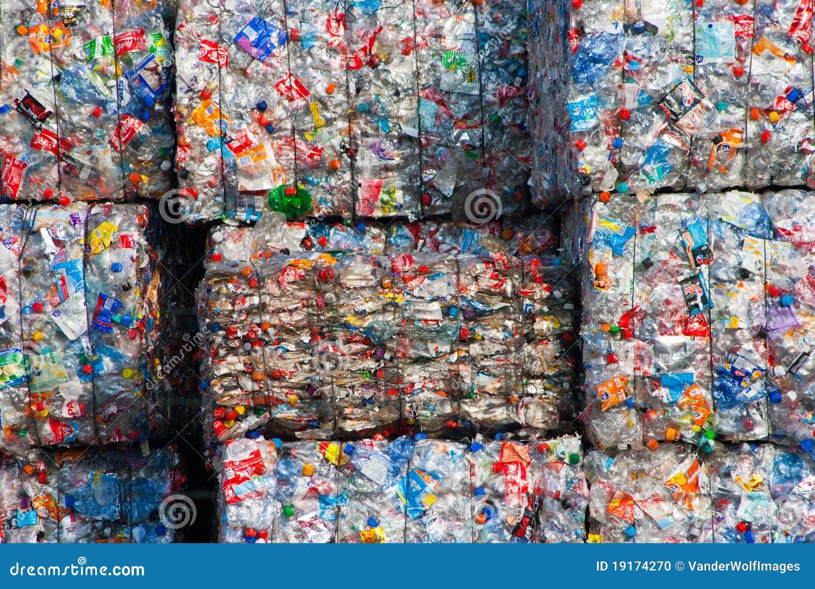 POR QUÉ RECICLAR. El espectacular aumento en el consumo de plástico de la sociedad moderna, quese estima que crece un 4% anualmente, se ha extendido no sólo en el campo de los envases sino que también en el campo de la automoción, vivienda, vestido y todo tipo de bienes comunes.