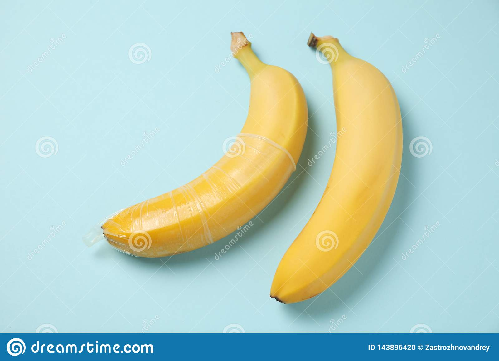 Plátano amarillo con el condón, concepto de sexo protegido