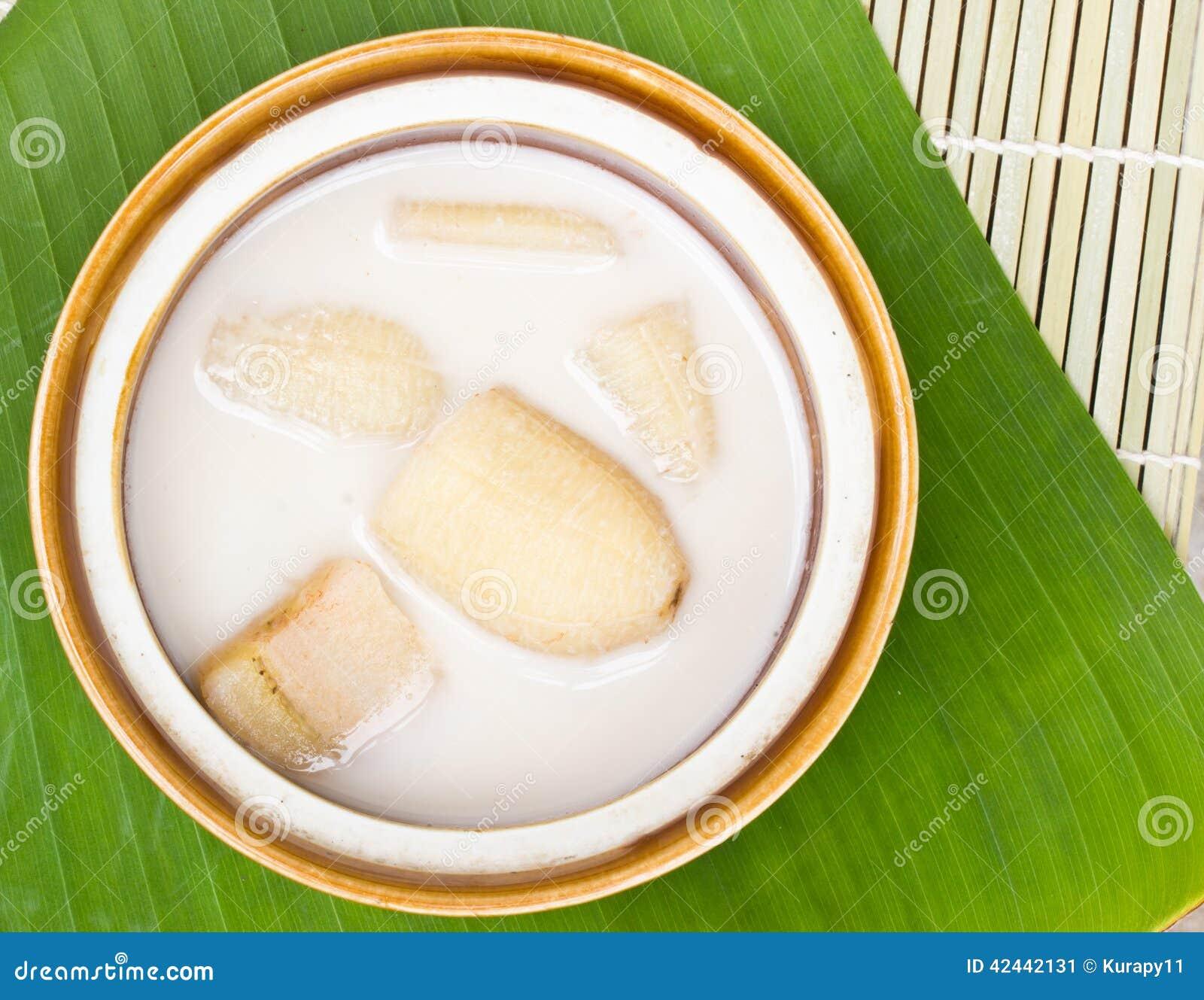 Plátano en leche de coco en las hojas del plátano