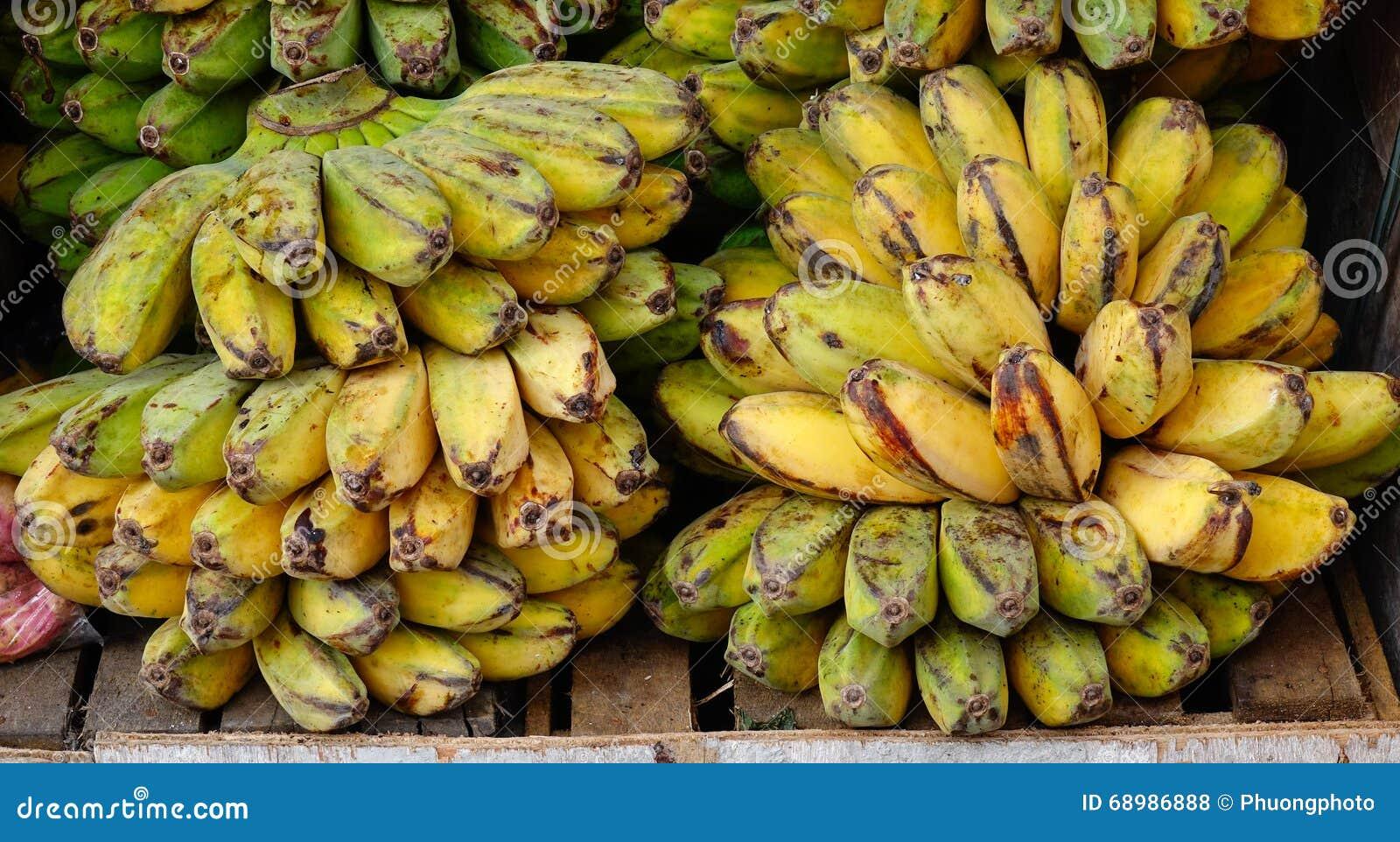 Plátano para la venta en el mercado local
