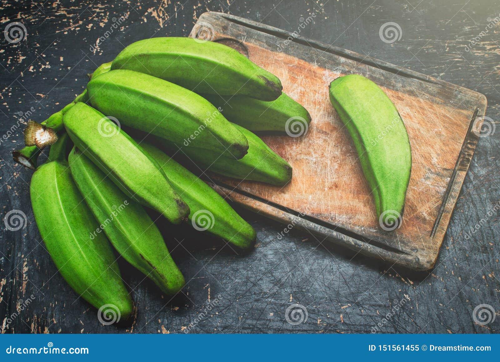 Plátano verde en una tabla de madera rústica