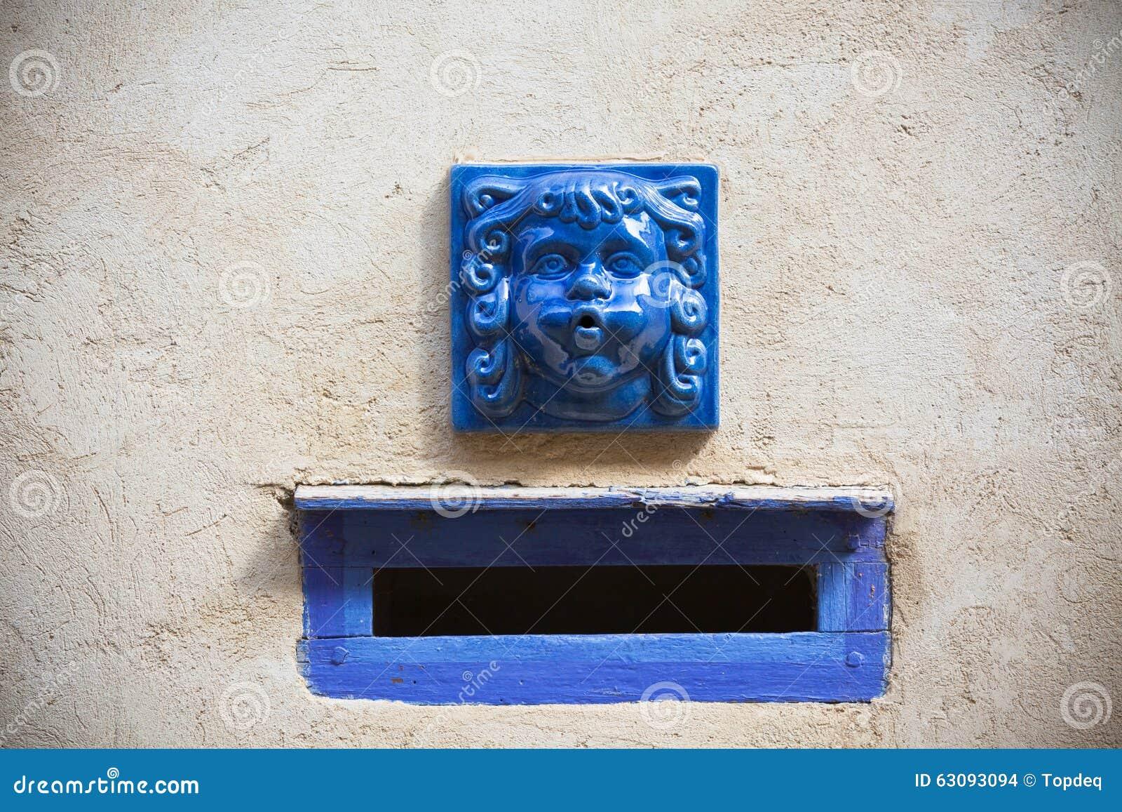plâtrez le mur avec la boîte aux lettres décorative bleue de fente