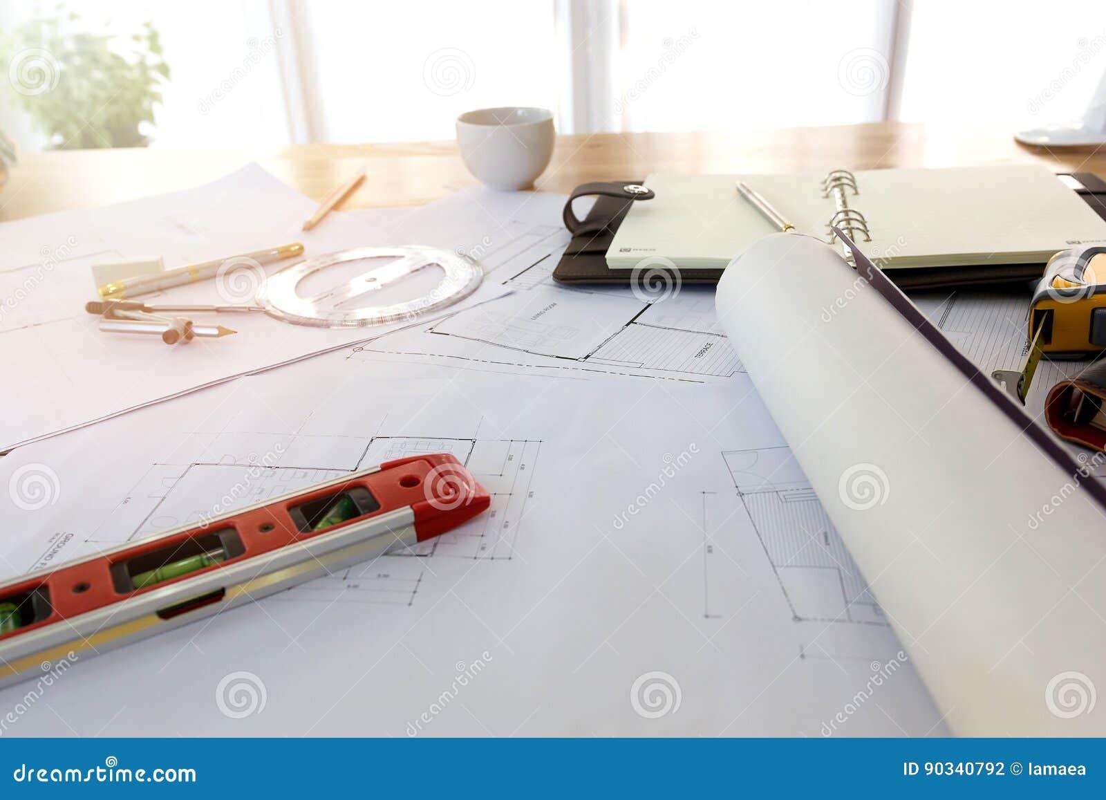 Pläne, Hardhat, Gläser, Aufkleber, Bauniveau, Stift im Architekturbüro