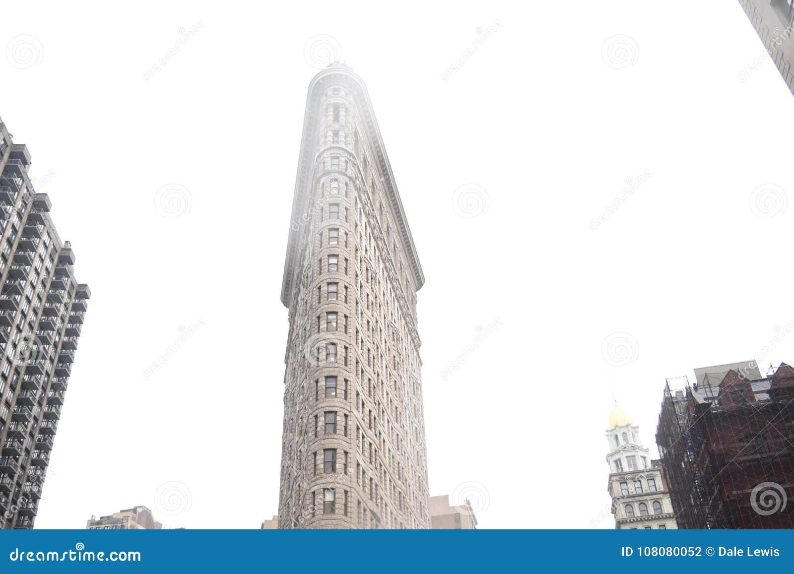 Plätteisengebäude an regnerischem New- Yorktag