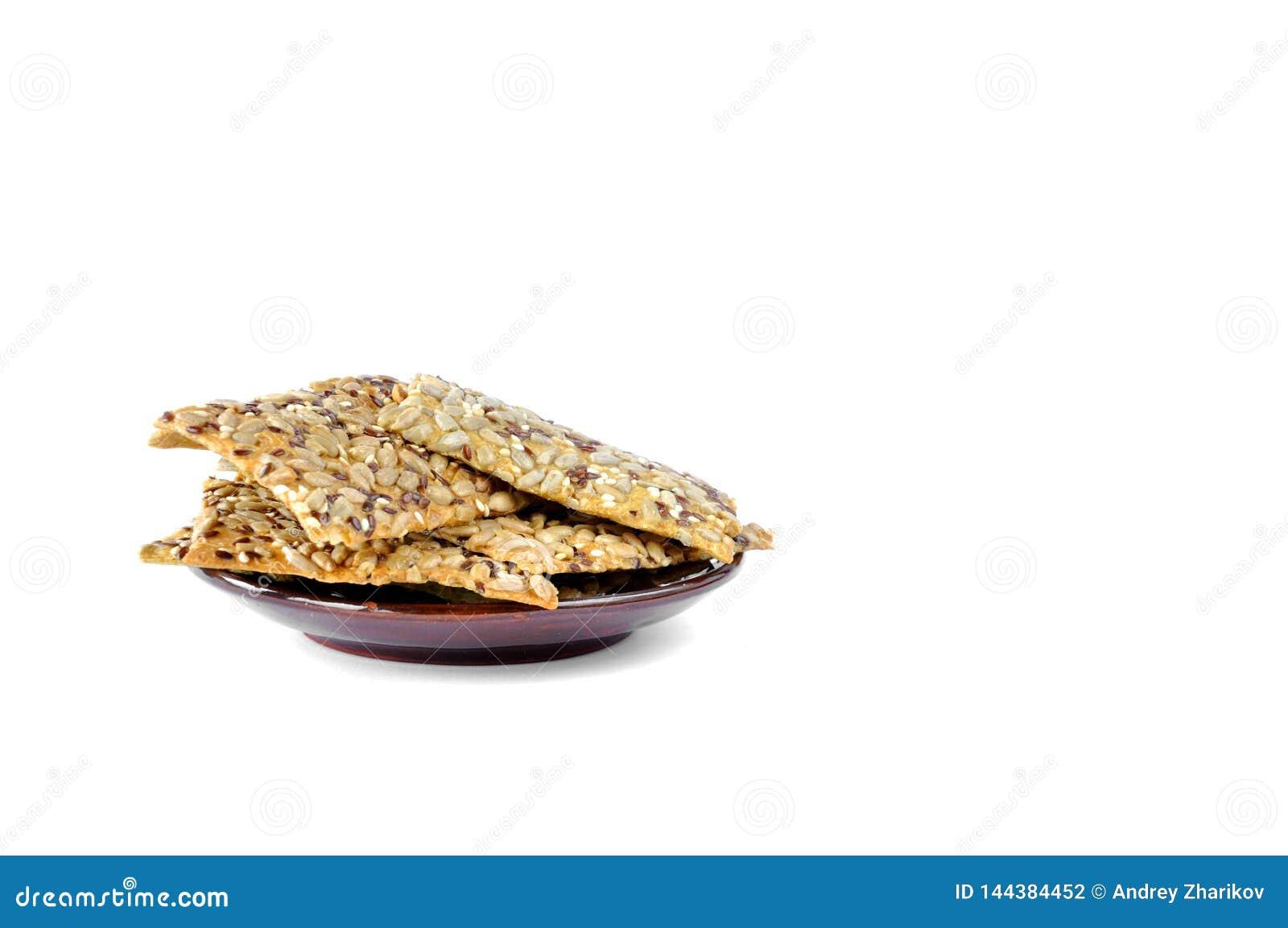 Plätzchen mit Samen auf einer Platte auf einem weißen Hintergrund