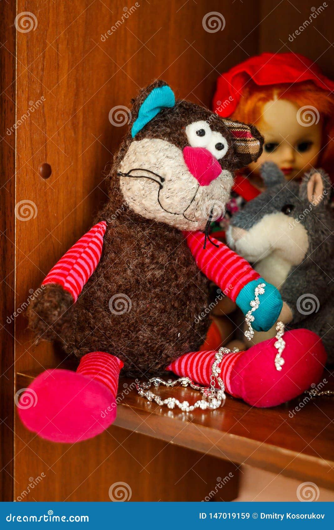 Plüschspielwaren der Kinder im Regal