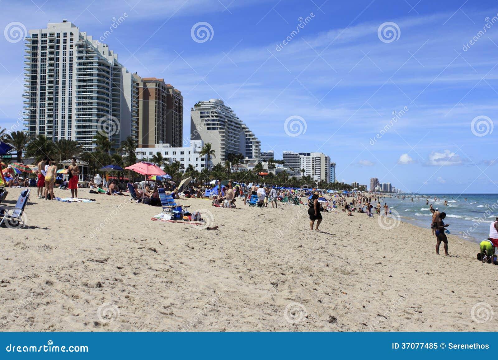 Download Plaża Tłocząca Się Z Wiosna Letnikami Obraz Editorial - Obraz złożonej z krzesła, dorosli: 37077485