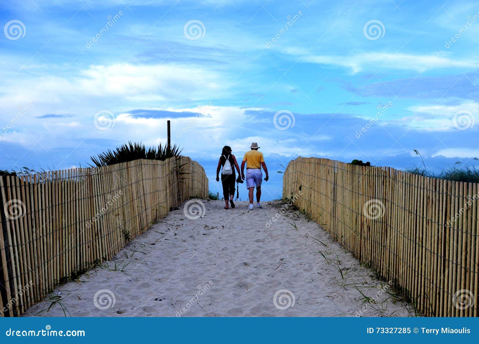 Plaża z ludźmi w świetle słonecznym