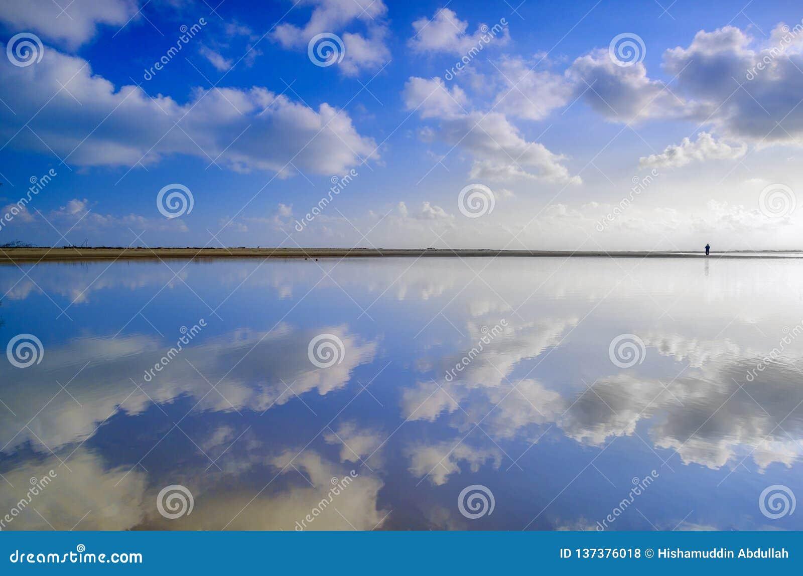 Plaża z niebieskim niebem