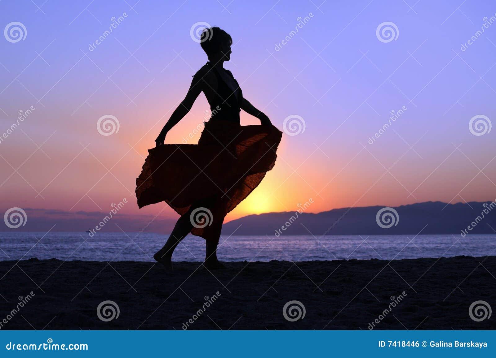 Plażowa chodząca kobieta