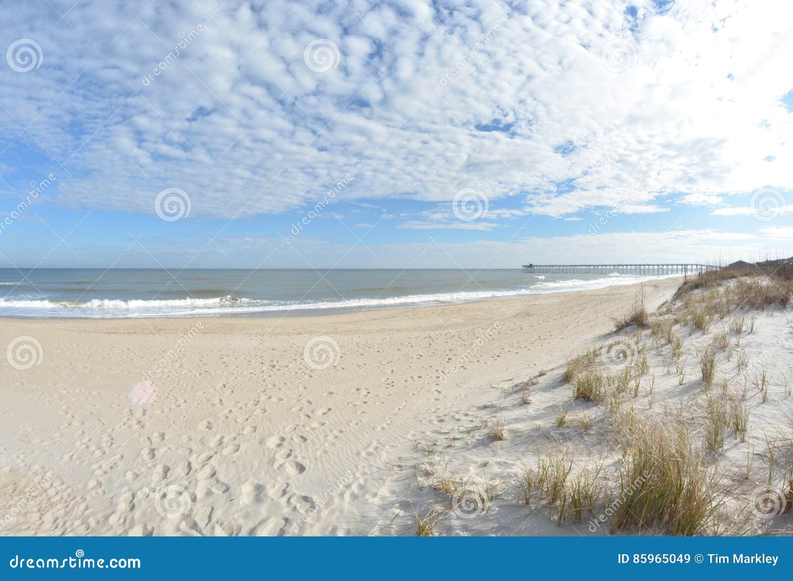 Plażowa dzień dziewczyny mała przyglądająca woda