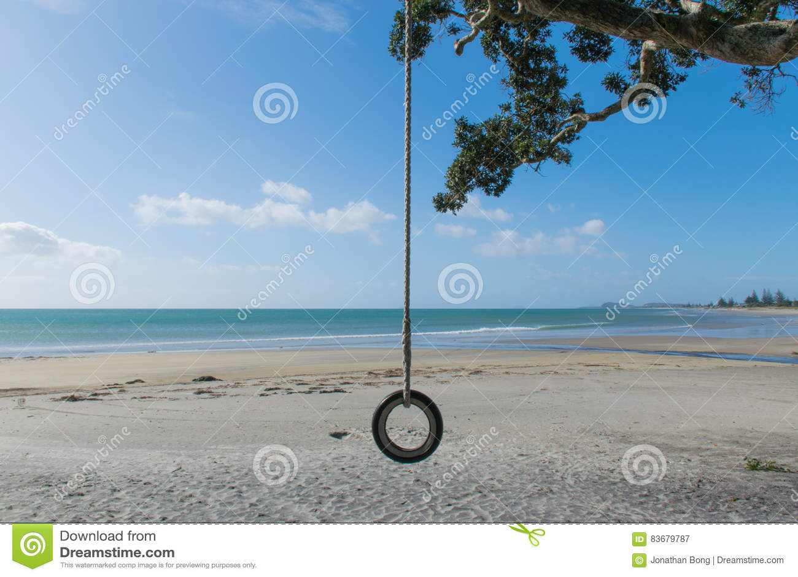 Plażowa huśtawka na spokojnej plaży