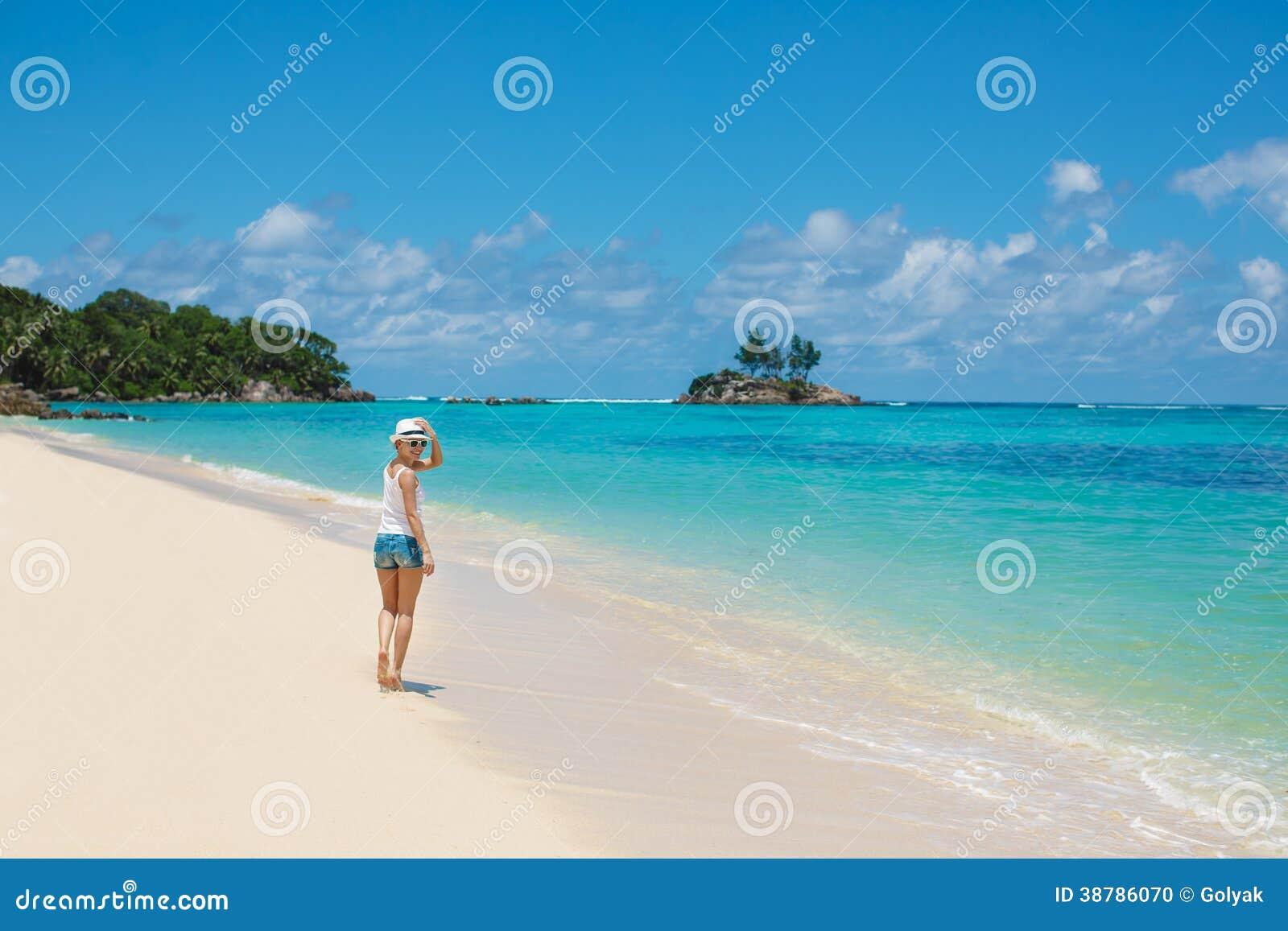 Plażowa kobieta śmia się, mieć zabawę