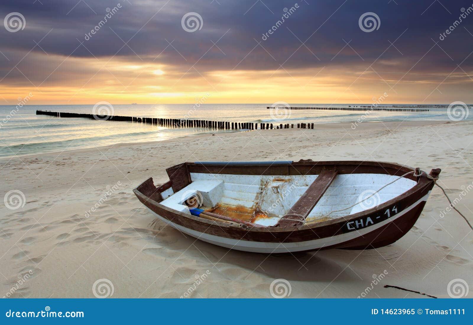 Plażowa piękna łódź