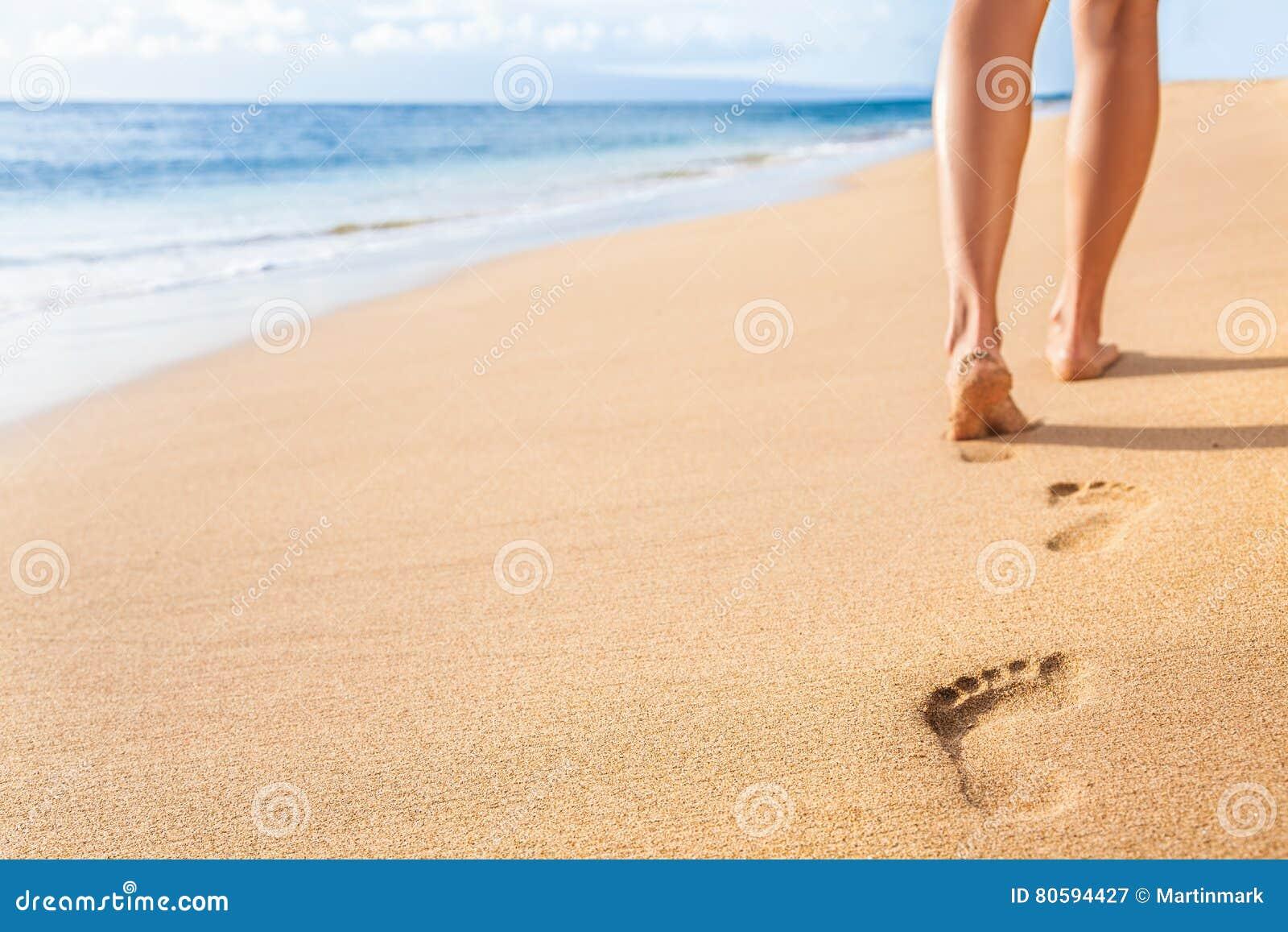Plażowa piasków odcisków stopy kobieta iść na piechotę chodzący relaksować