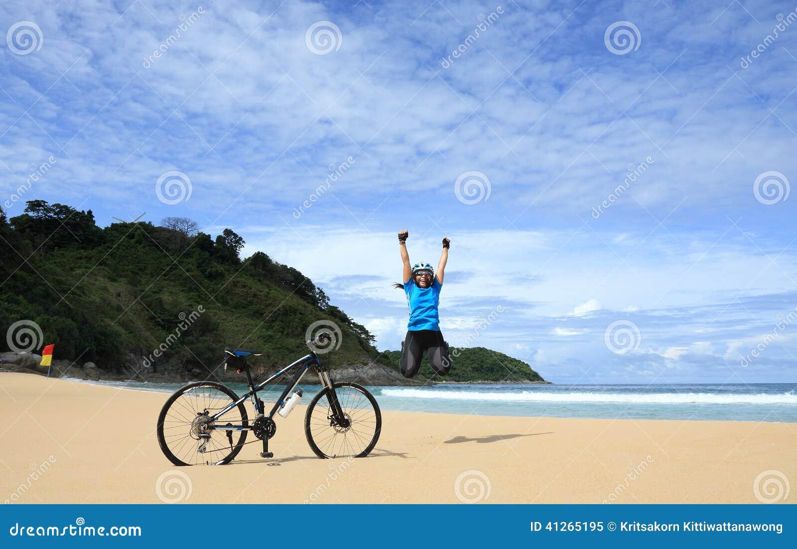 Plażowa szczęśliwa kobieta