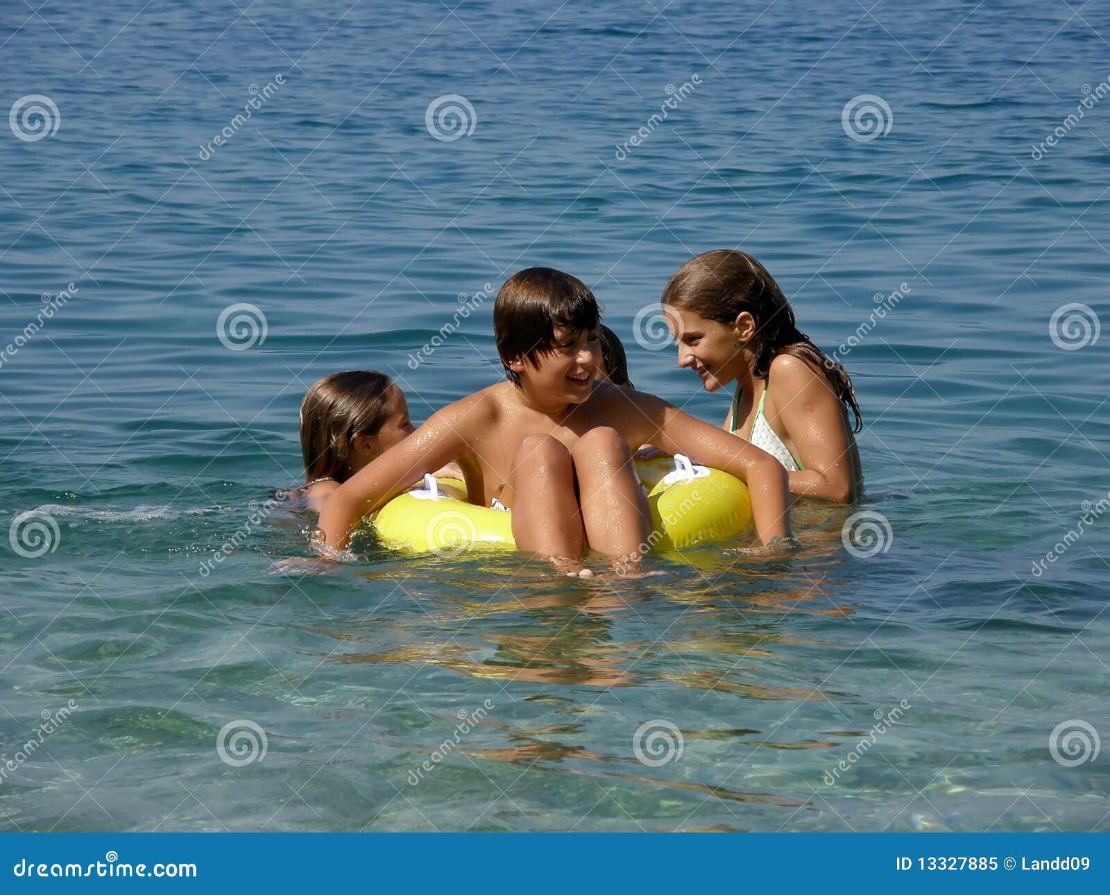 Plażowe szczęśliwe dzieciaków morza zabawki
