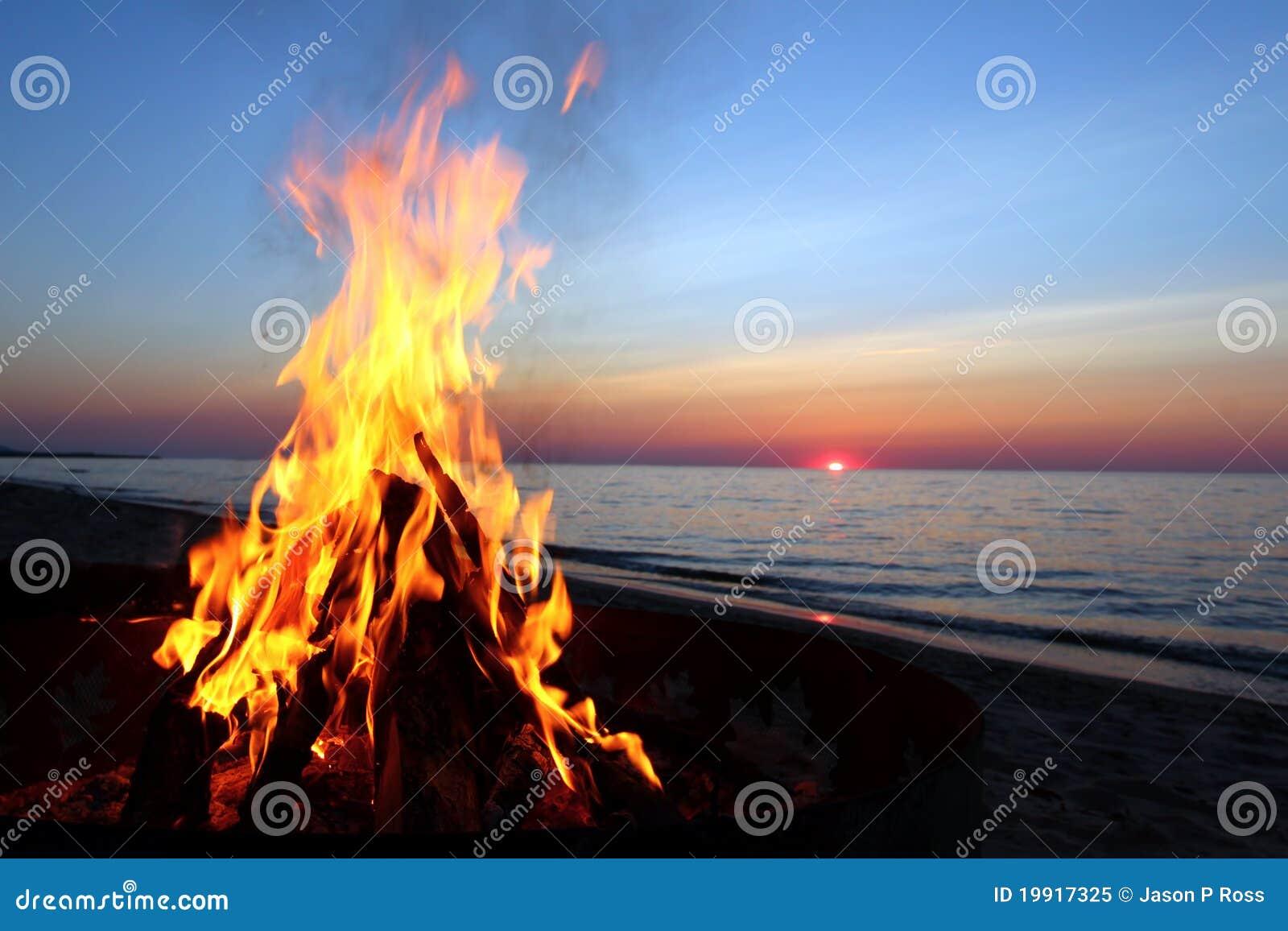 Plażowego ogniska jeziorny przełożony