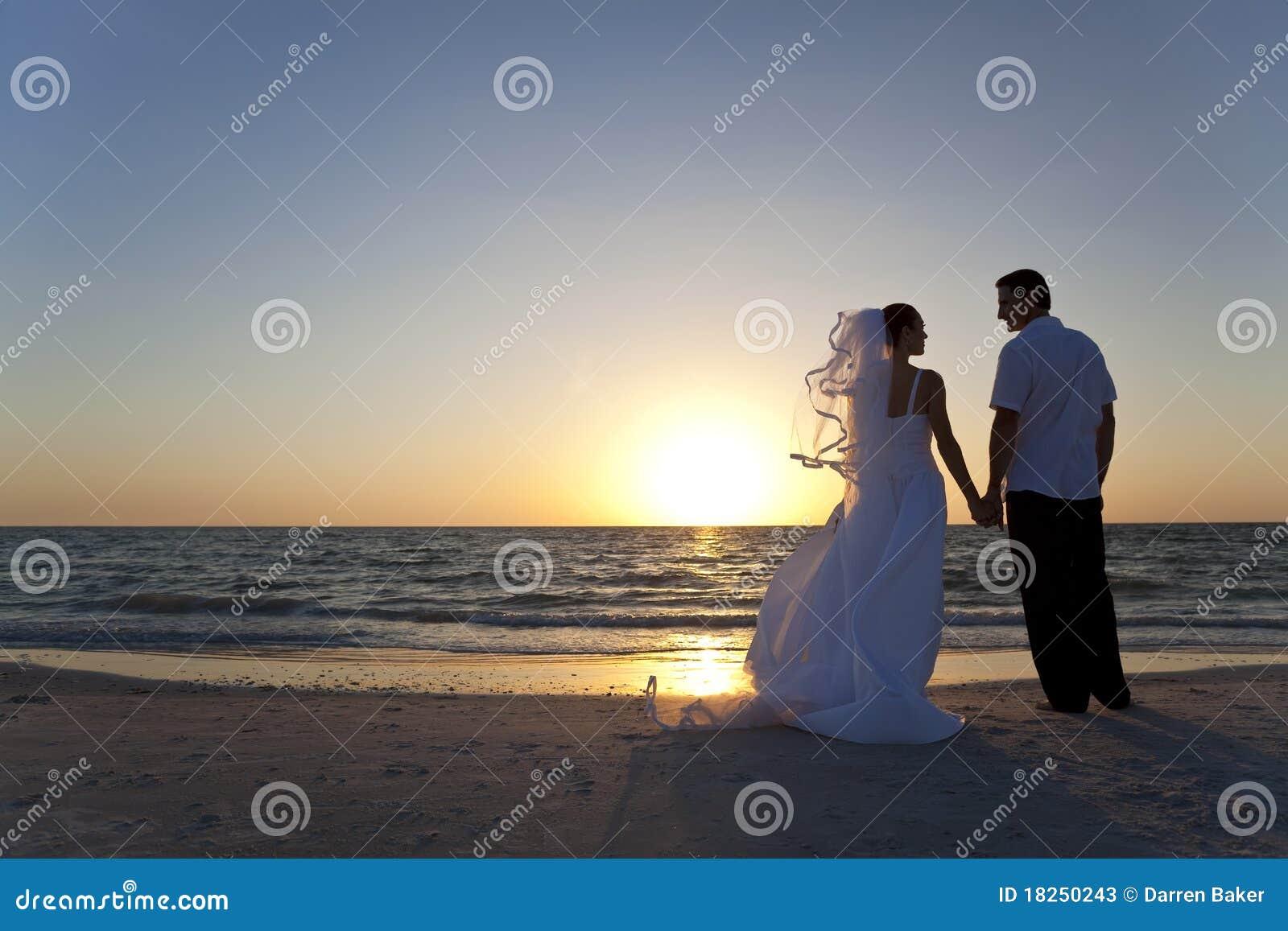 Plażowego panny młodej pary fornala zamężny zmierzchu ślub