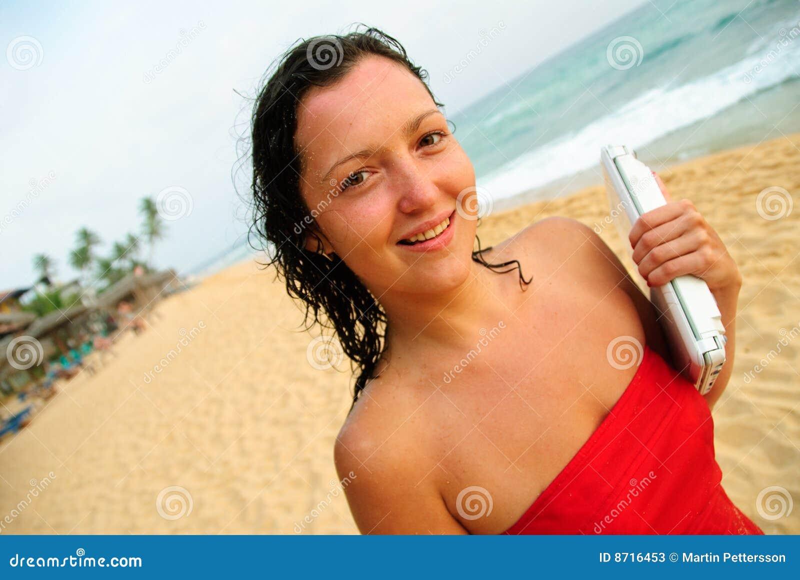 Plażowego pięknego laptopu uśmiechnięci kobiety potomstwa