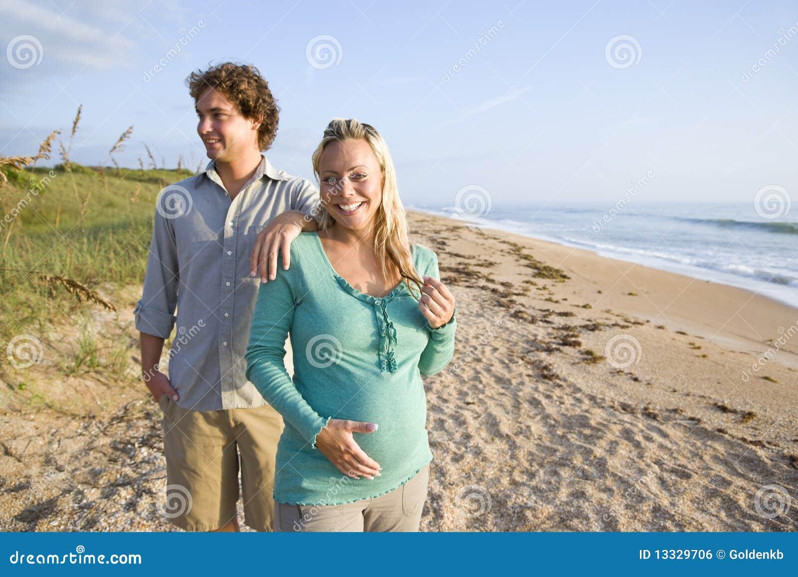 Plażowej pary szczęśliwi ciężarni trwanie potomstwa