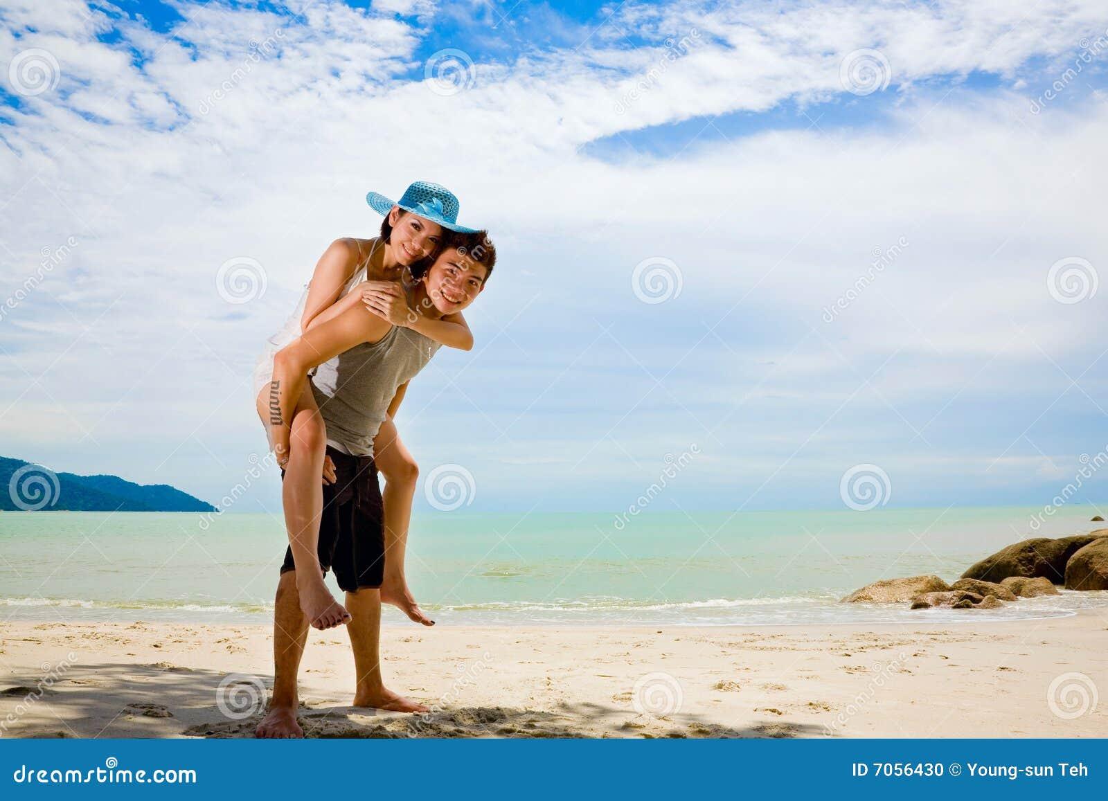 Plażowej pary zabawy szczęśliwy mieć