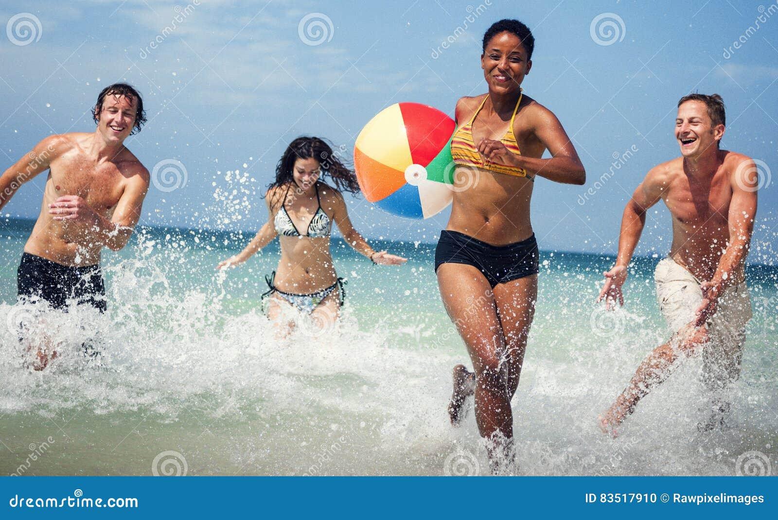 Plażowej piłki przyjaciół wakacje podróży pojęcie