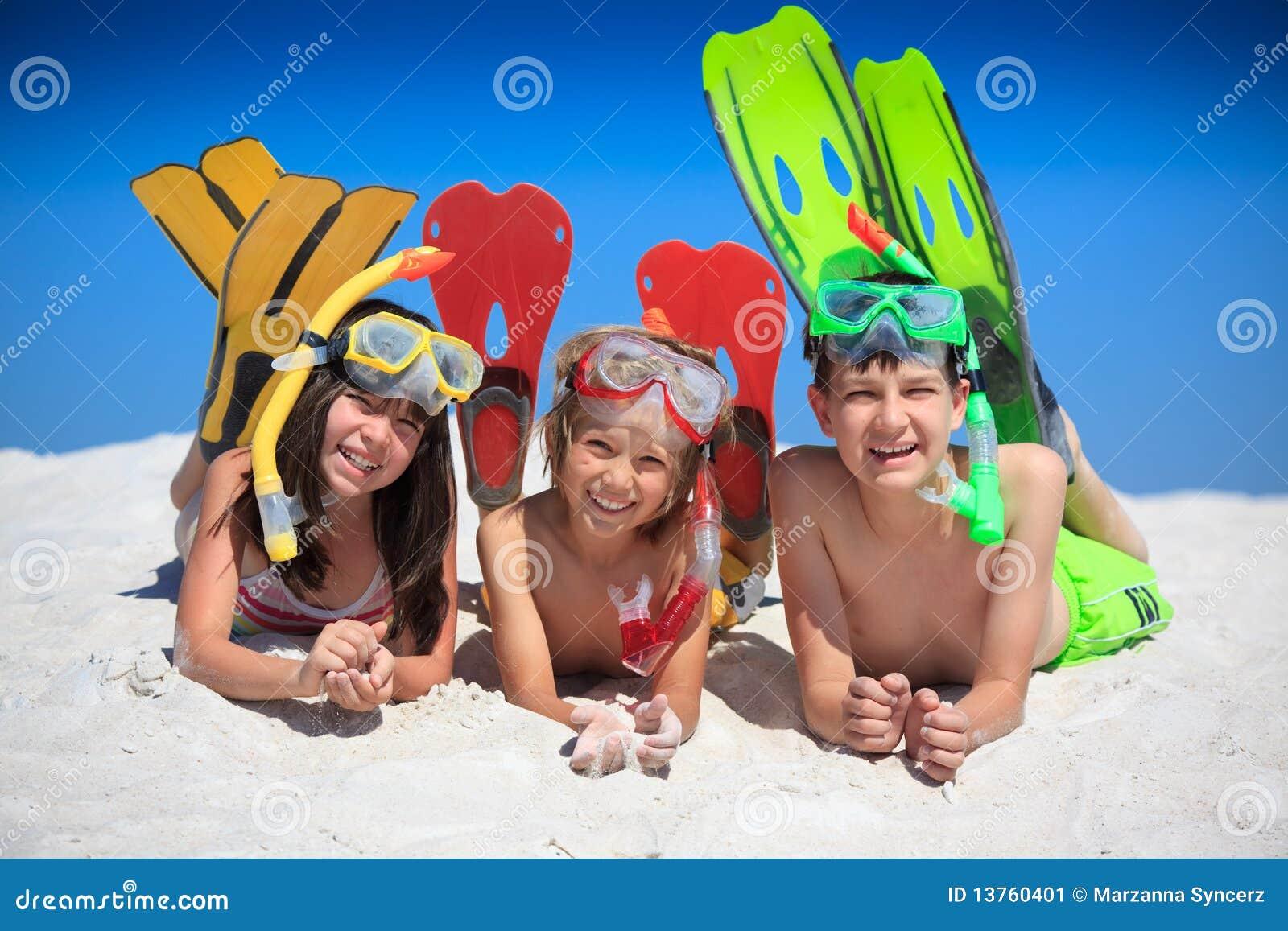 Plażowi szczęśliwi dzieciaki