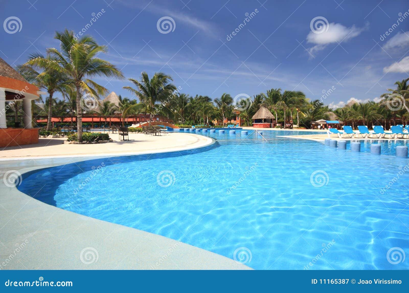 Plażowy hotelowy basenu kurortu dopłynięcie