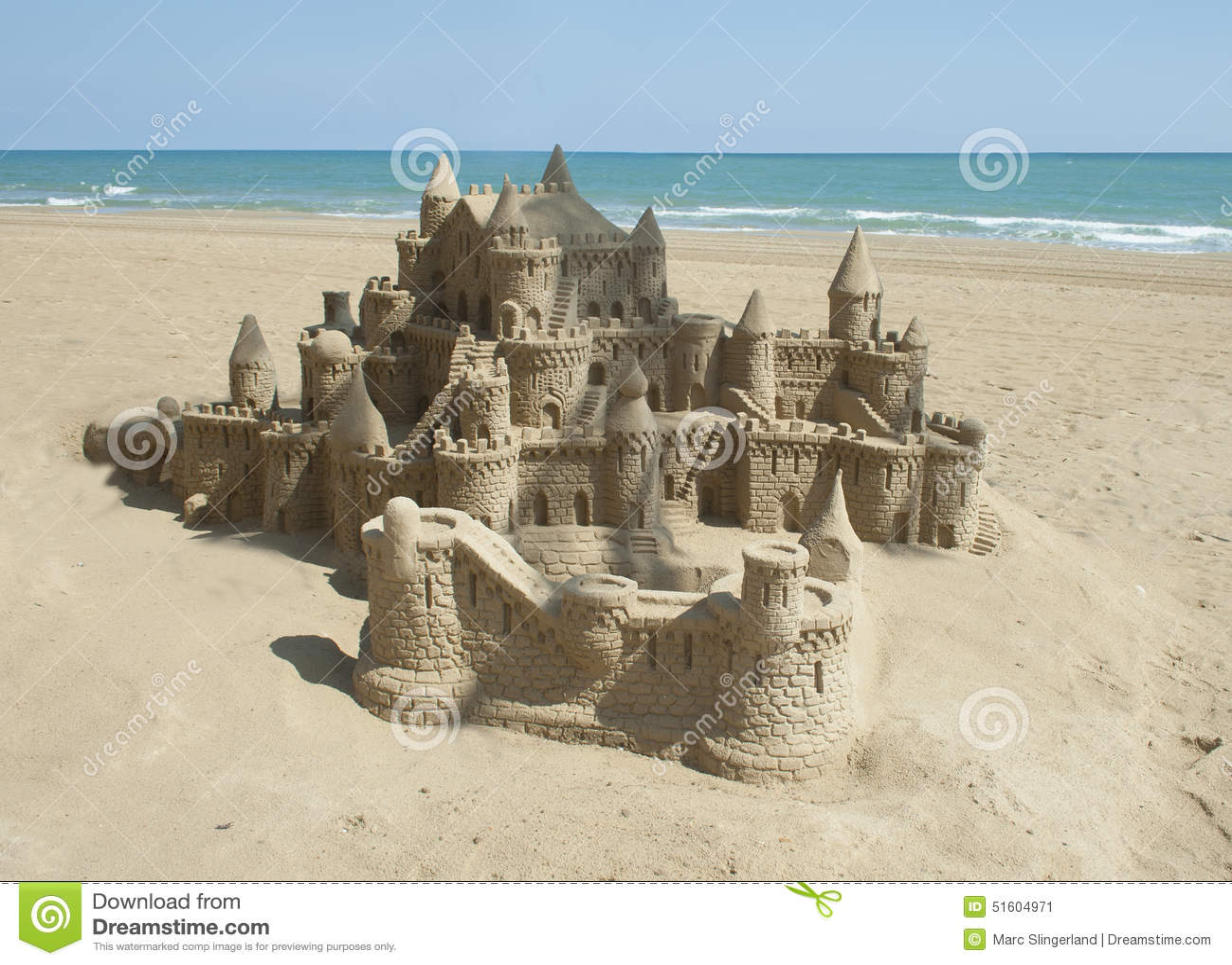 Plażowy kasztel zrobił piaskowi target1497_0_ kształt