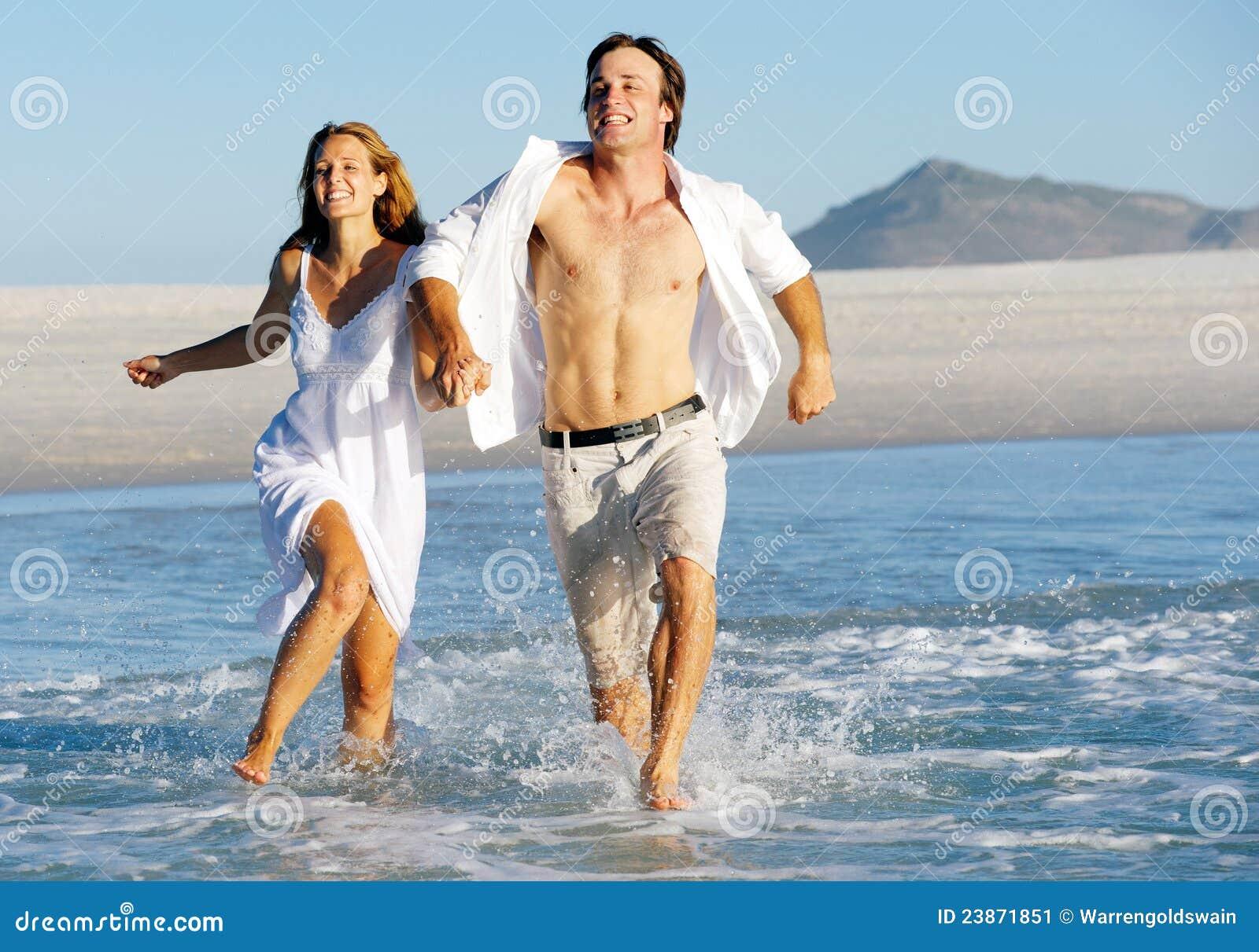 Plażowy pary bieg pluśnięcie