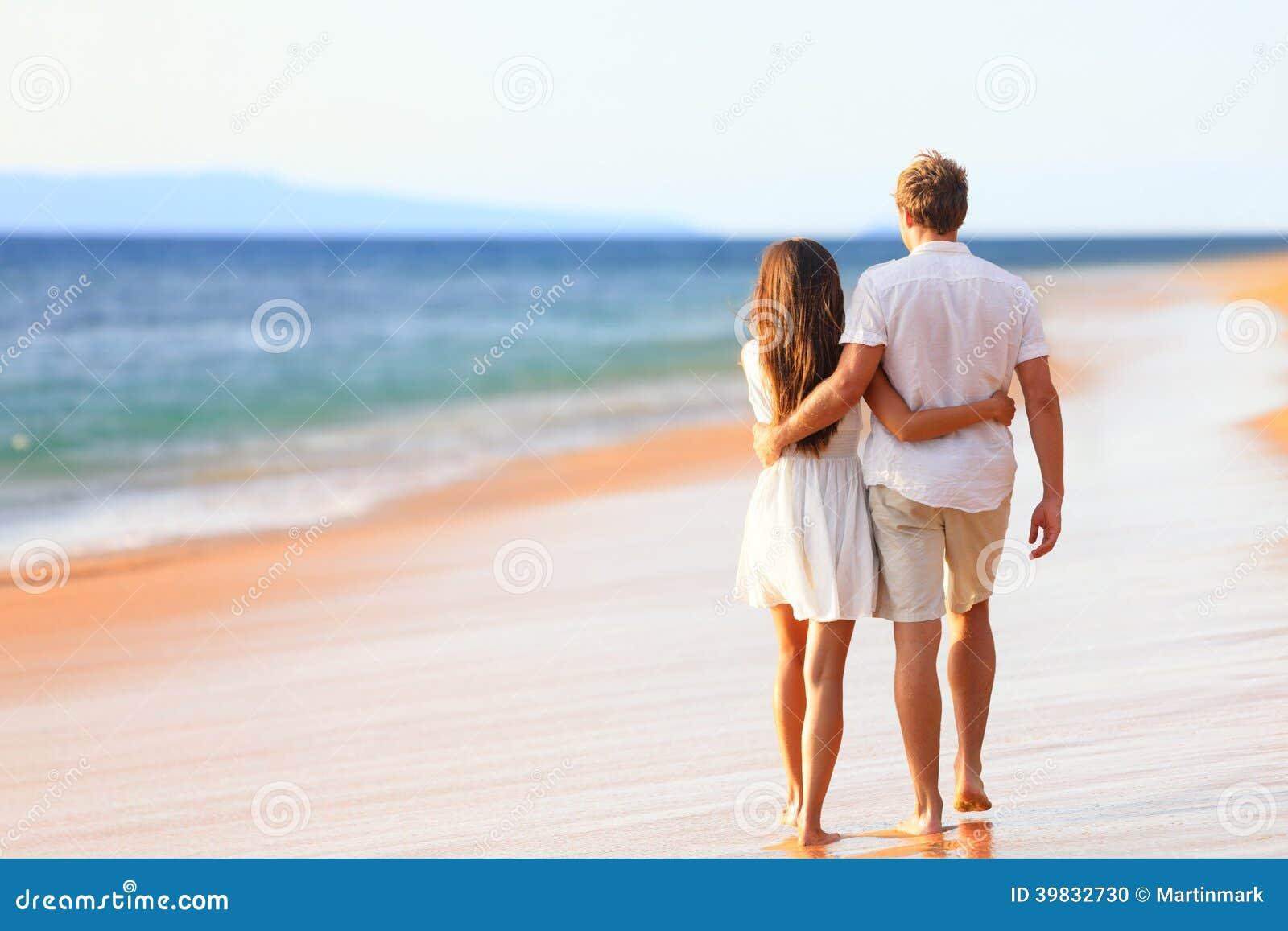 Plażowy pary odprowadzenie na romantycznej podróży