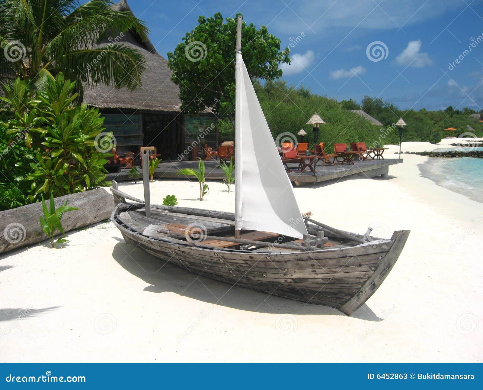 Plażowy rejsów łodzi drewna