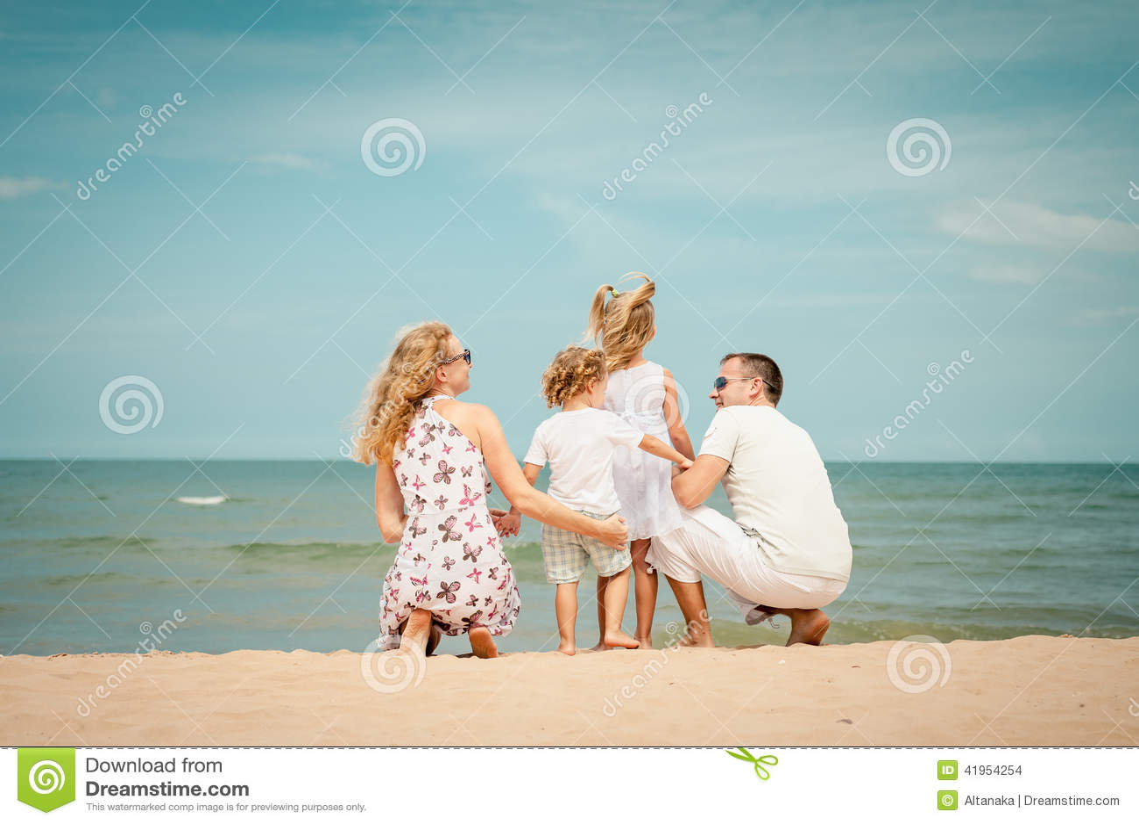 Plażowy rodzinny szczęśliwy bawić się