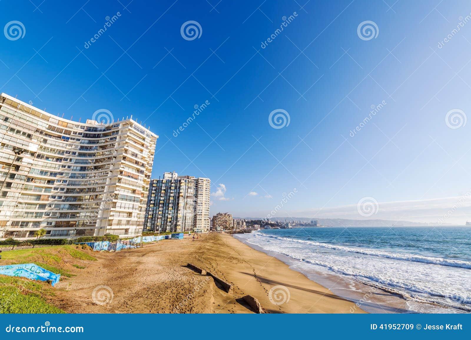 Plaża i budynki mieszkaniowi