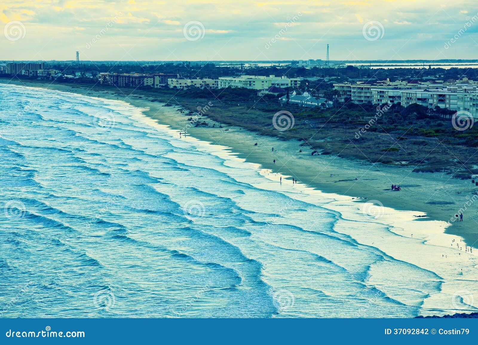 Download Plaża i miasto zdjęcie stock. Obraz złożonej z klimat - 37092842