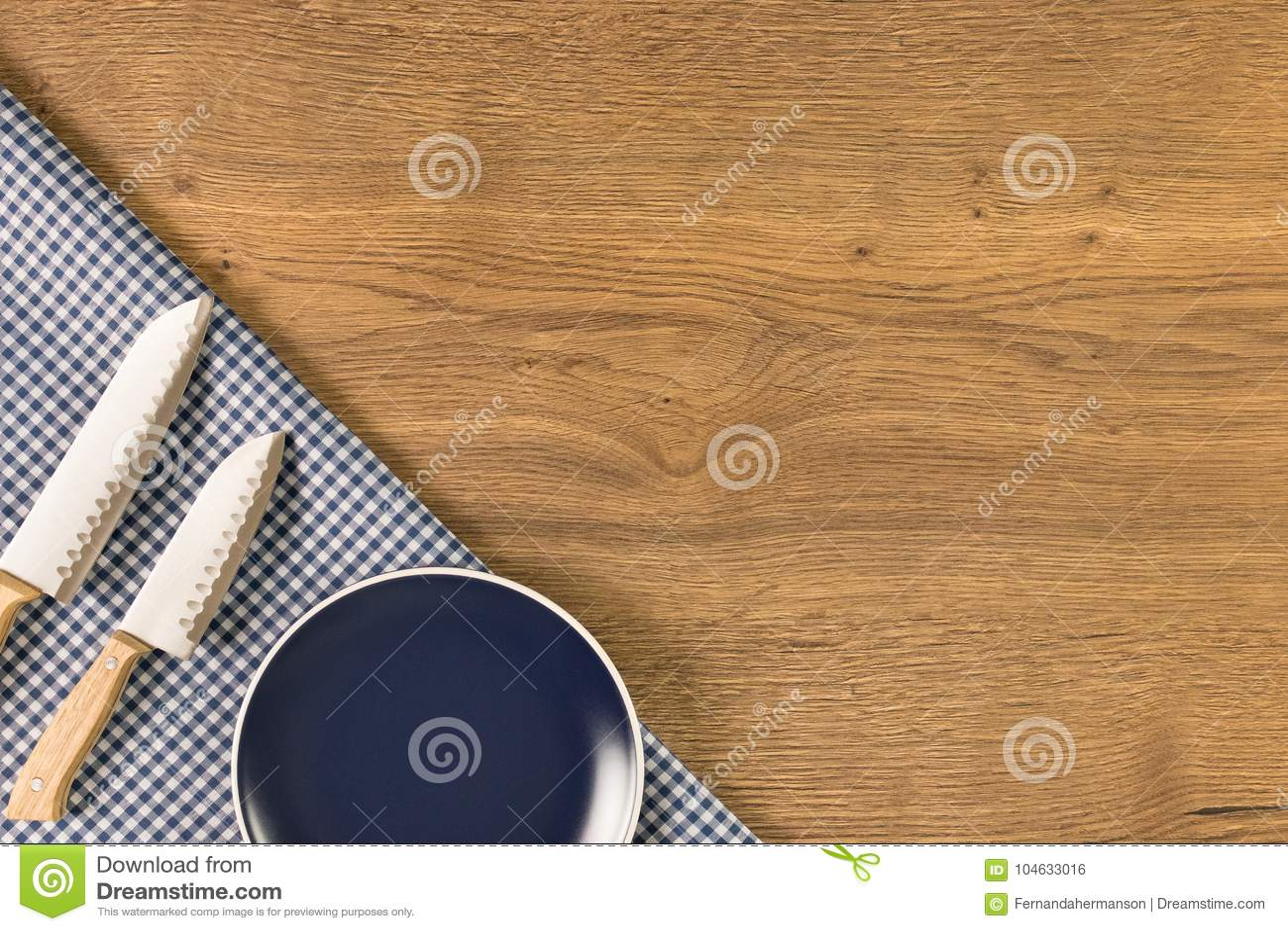 Download Plaat En Messen Op Houten Lijstachtergrond Stock Foto - Afbeelding bestaande uit vork, bestek: 104633016
