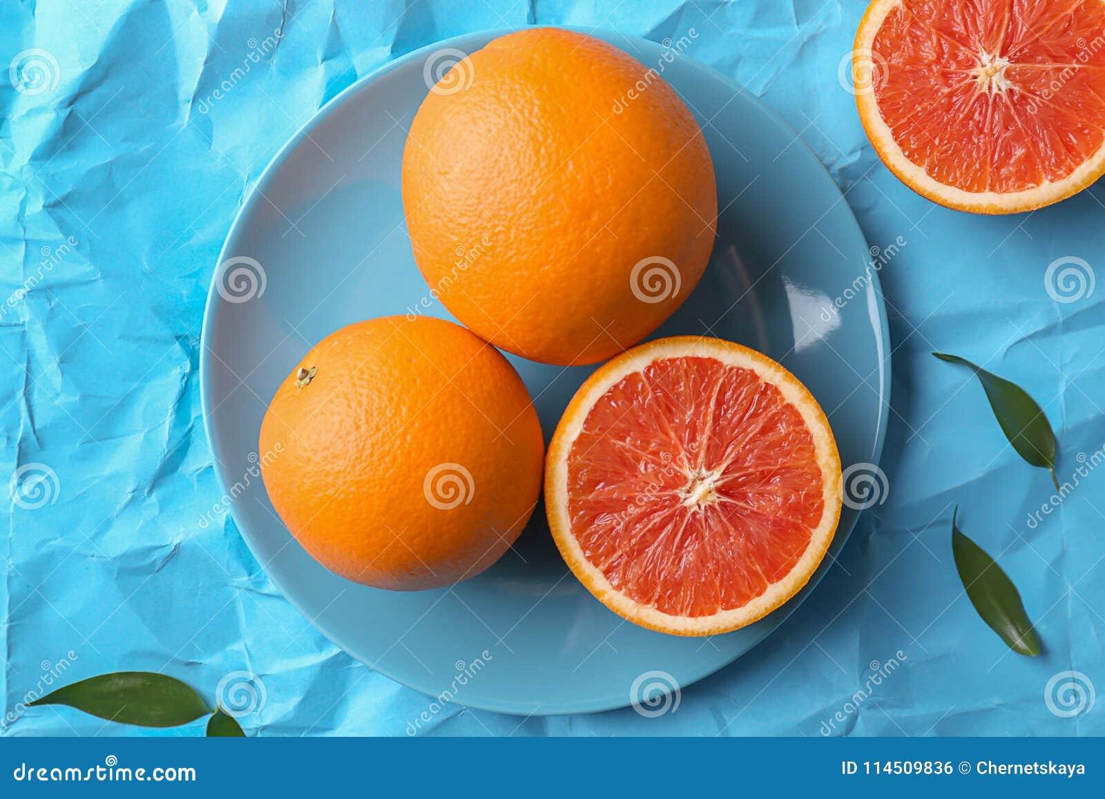 Plaat met verse yummy sinaasappelen