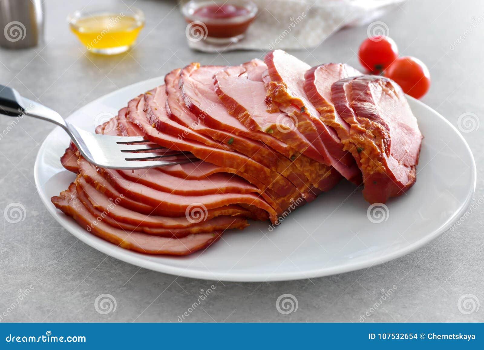 Plaat met yummy gesneden honing gebakken ham op lijst