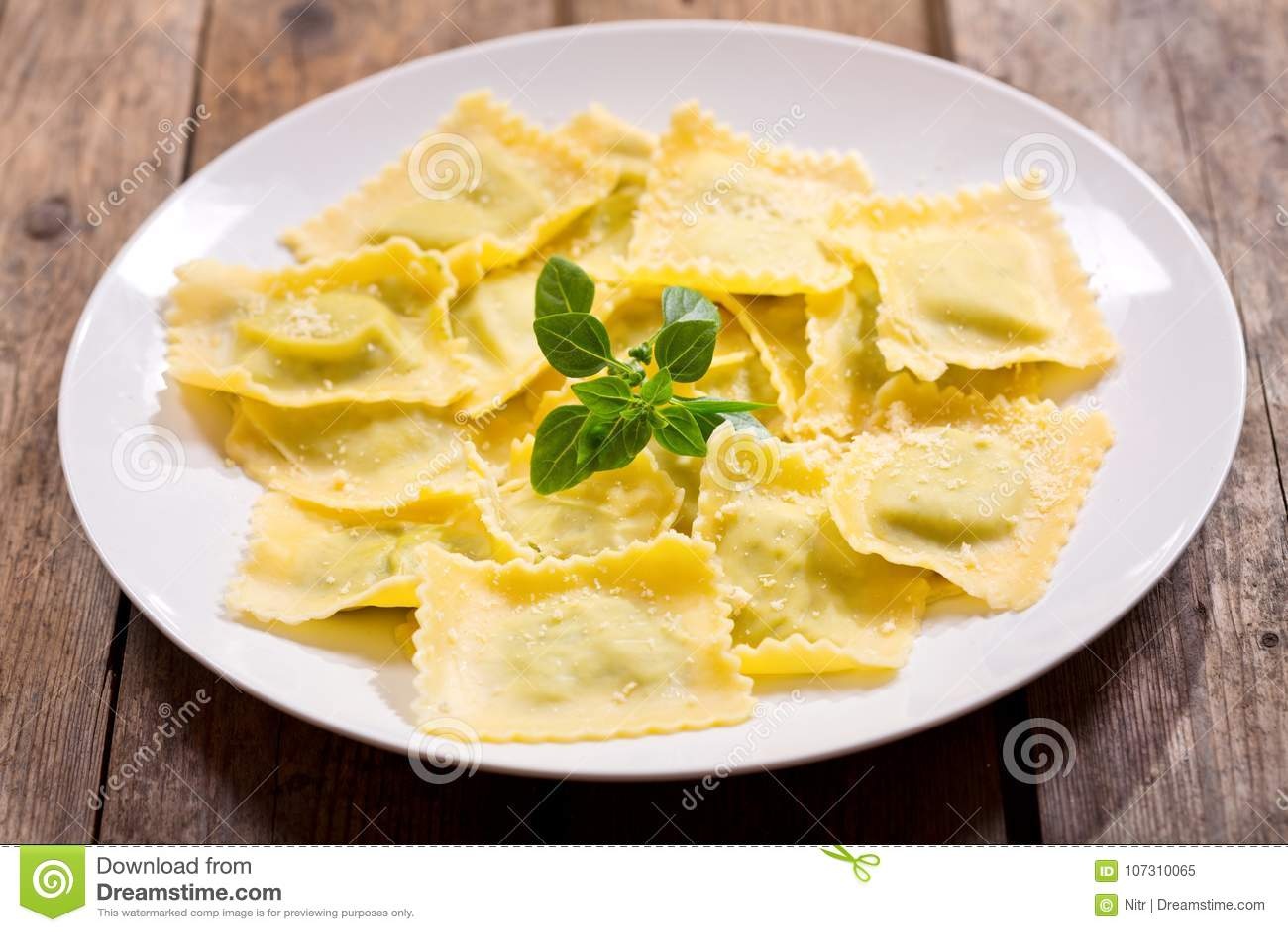 Plaat van ravioli met basilicum