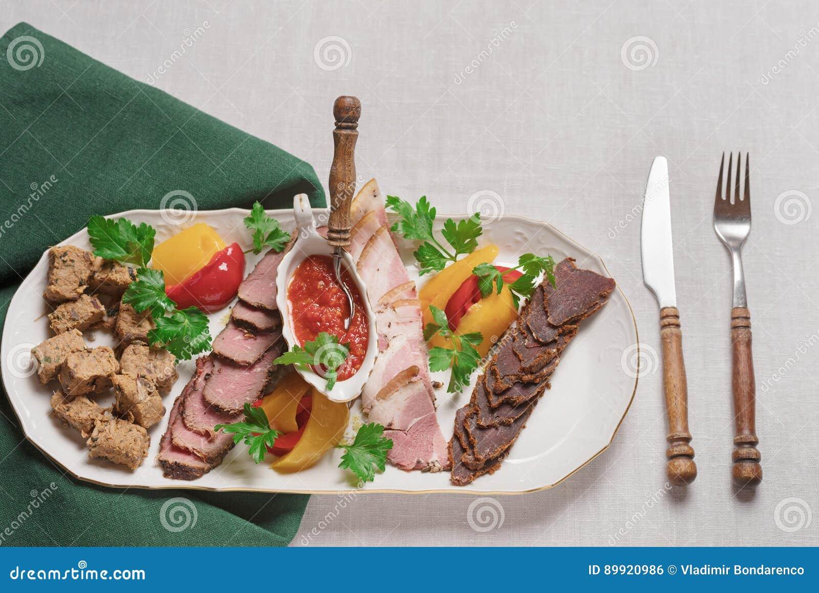 Plaat van vleesdelicatessen van everzwijn, wilde eend, elanden, hazen hoogste mening, close-up