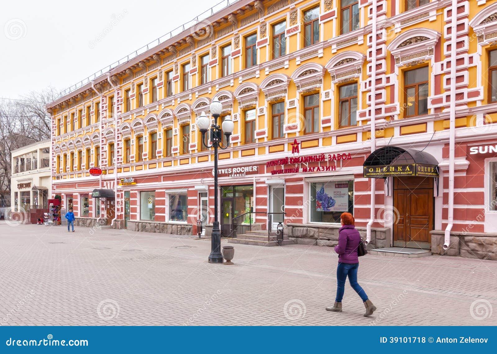 Plaatselijke bewoners en toeristen die op Arbat-straat lopen