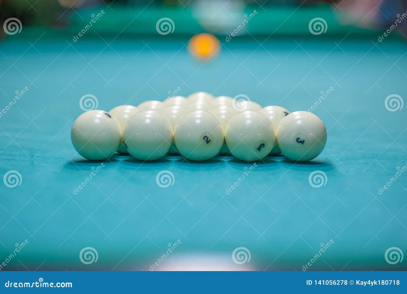 Plaatsing van ballen op een biljartlijst, voorbereiding voor een staking Biljartclub