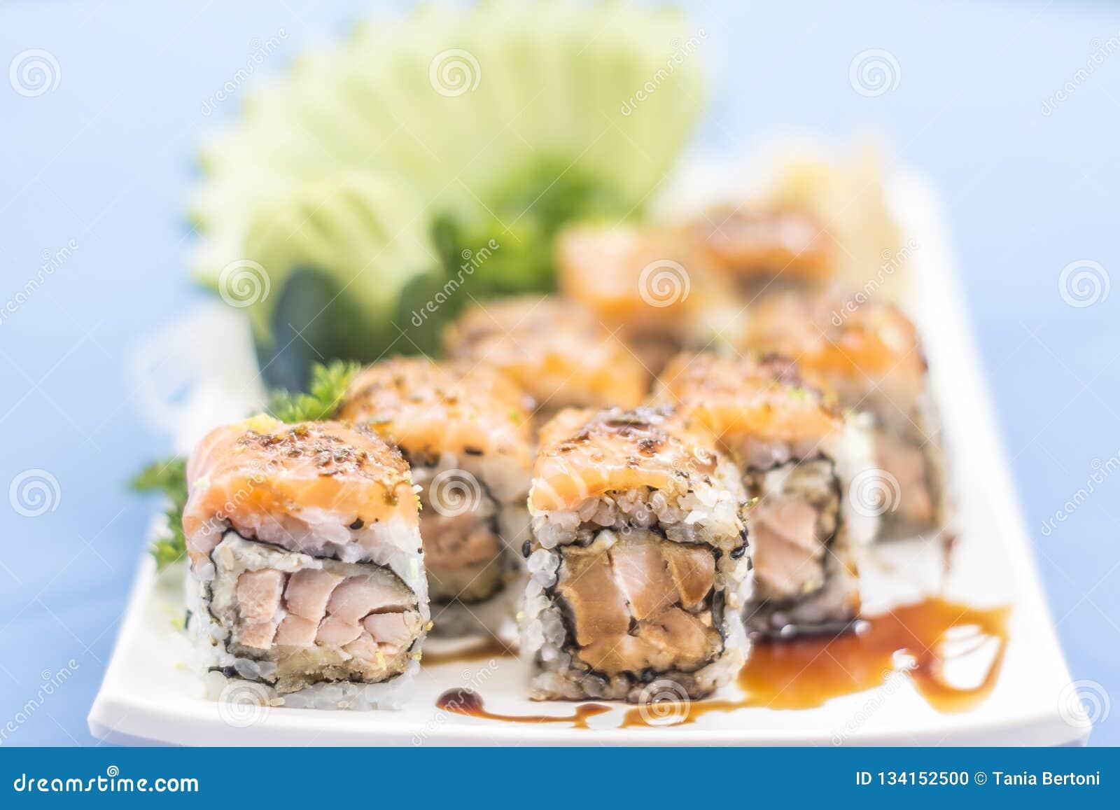 Placa branca com alimento japonês