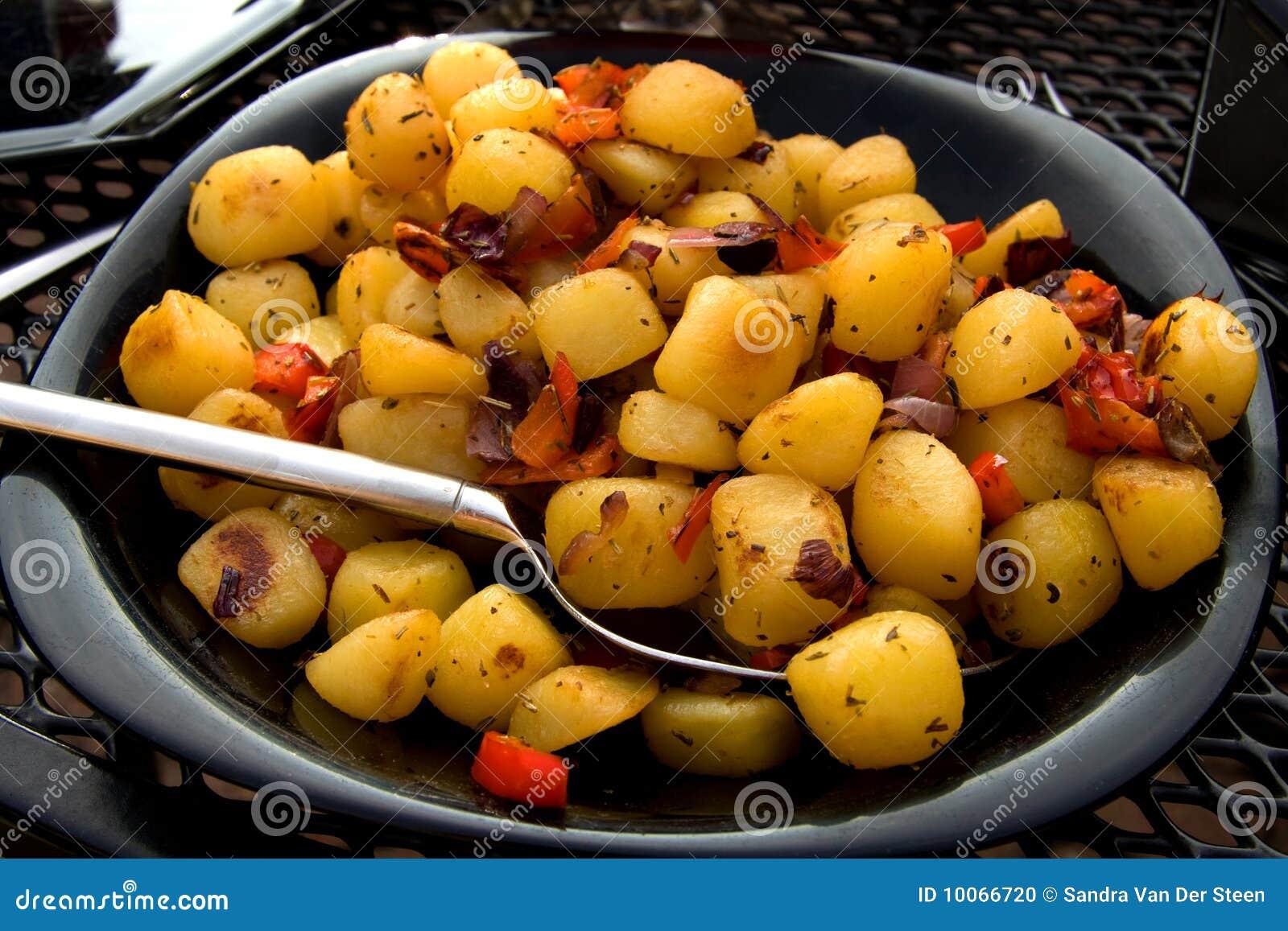 Placa com as batatas cozidas frescas
