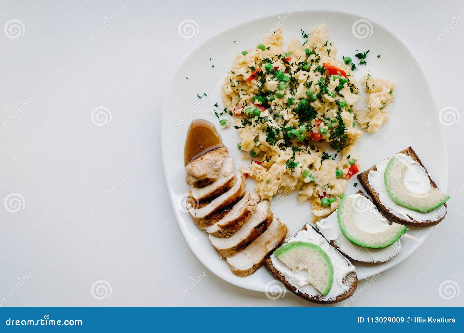 Placa con la comida en un fondo blanco
